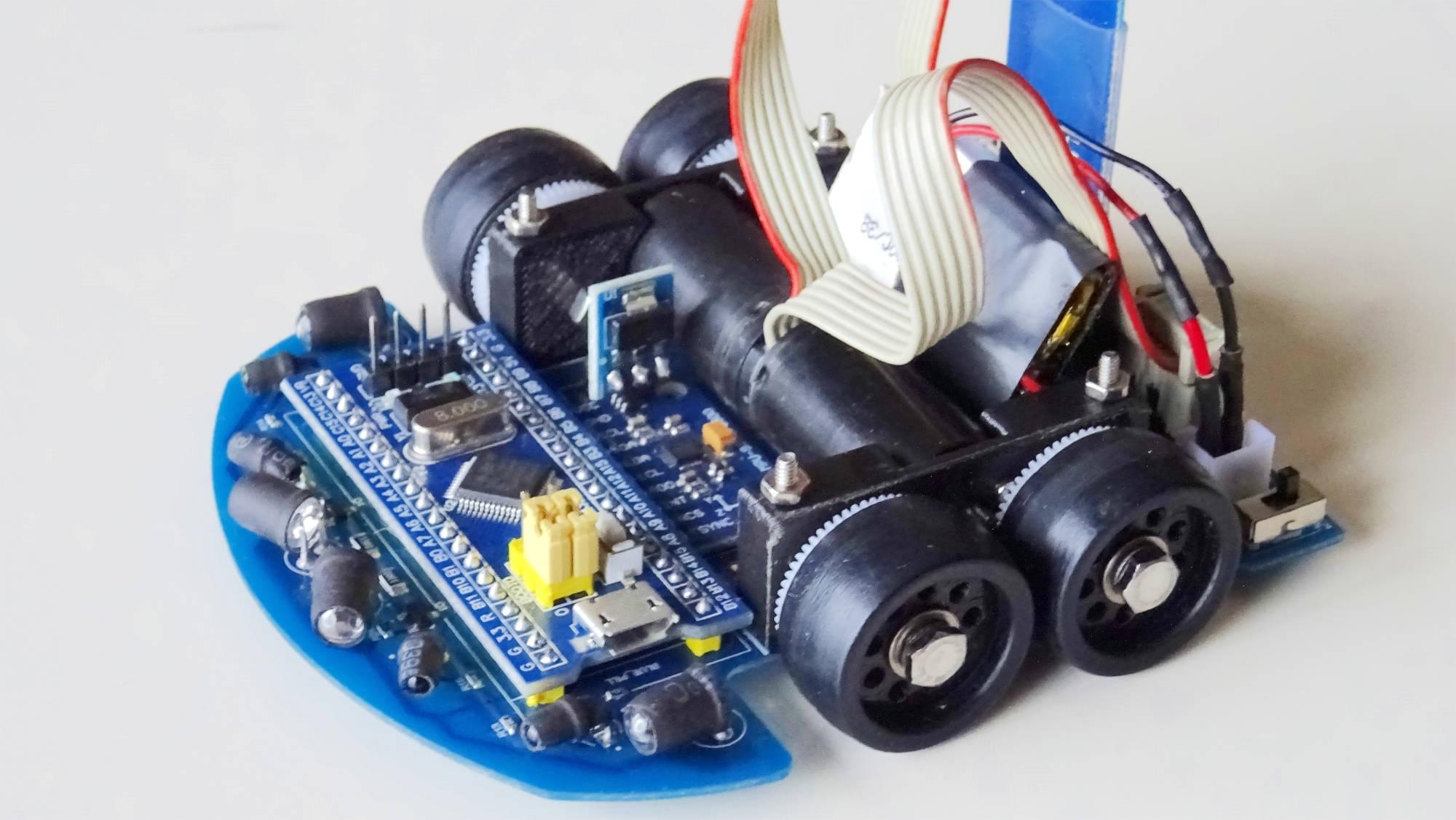 Foto en primer plano de un robot micromouse del equipo bulebots